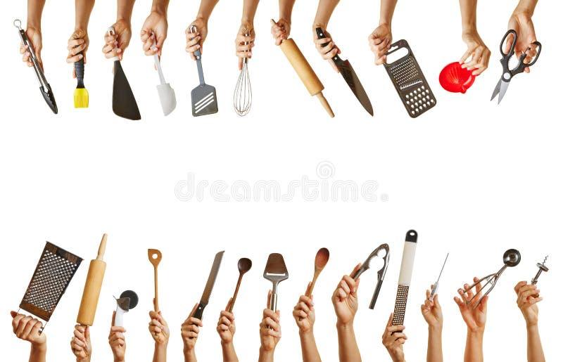 拿着不同的厨房工具的许多手 免版税库存图片