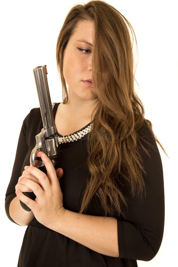 拿着与一个严肃的表示的女牛仔一把大左轮手枪 库存图片