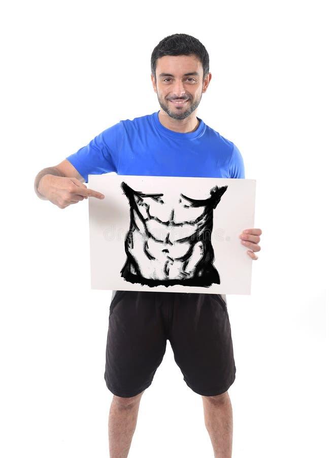 拿着与健身房健身俱乐部六块肌肉腹部凹道广告行销的体育人广告牌  免版税库存图片