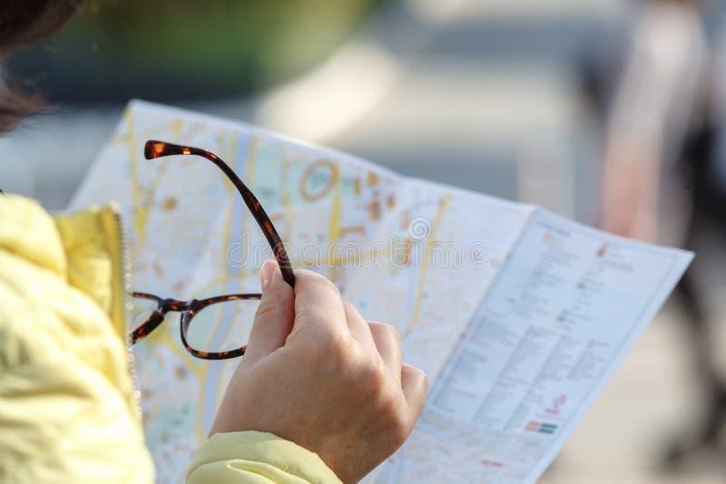 拿着与发现地点的地图纸的旅行 库存照片