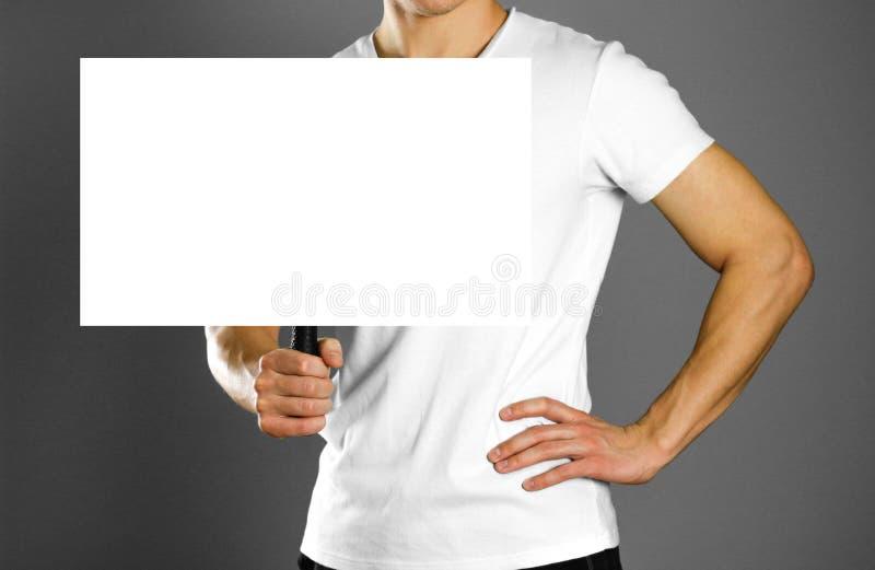 拿着与把柄的人纸板标志 关闭 被隔绝的背景 库存图片