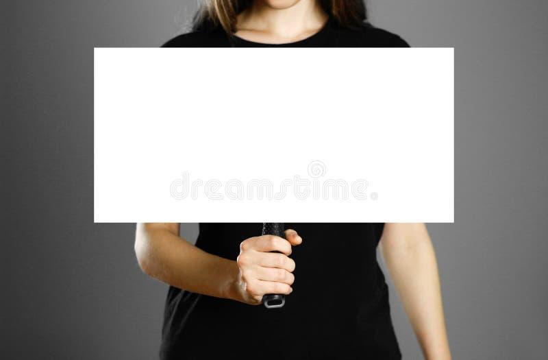 拿着与把柄的女孩纸板标志 关闭 被隔绝的背景 免版税库存图片