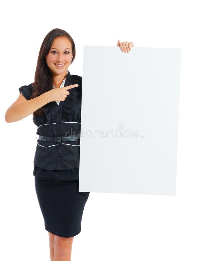 拿着与拷贝的女实业家白色空白的空的广告牌标志 免版税库存照片