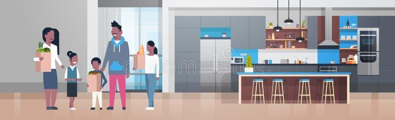拿着与杂货产品的年轻非裔美国人的家庭袋子在厨房屋子里 皇族释放例证