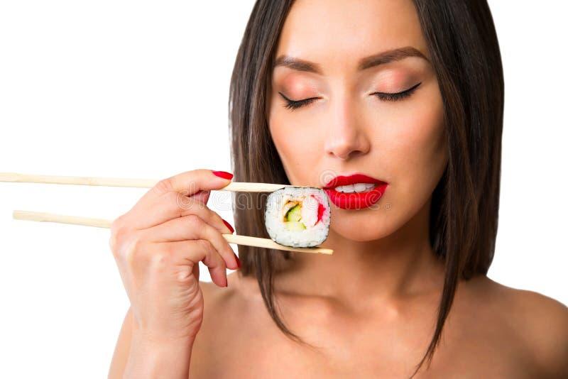 拿着与的少妇寿司筷子,隔绝在白色 库存图片
