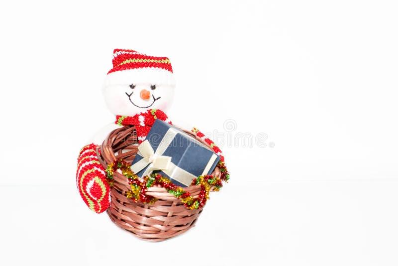 拿着与礼物盒的雪人一个篮子 库存照片