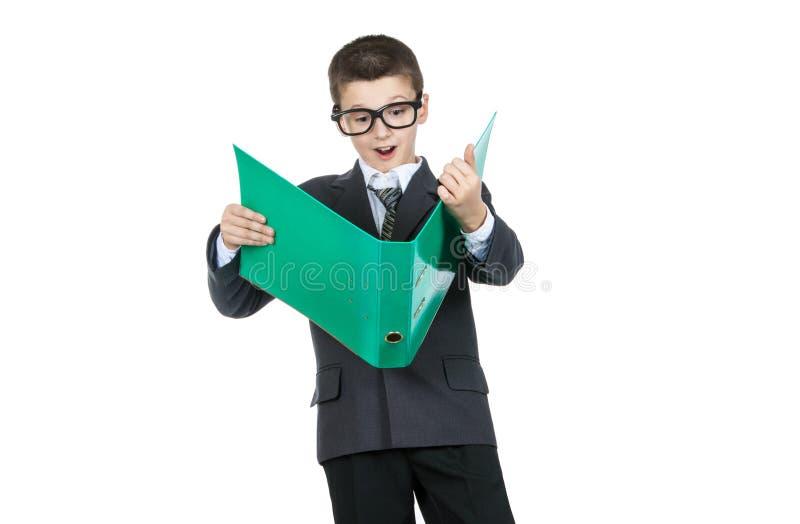 拿着与任务的惊奇的男孩学生一个文件夹 冲击的男孩 库存照片