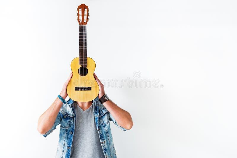 拿着乐器的男性吉他弹奏者 免版税库存照片