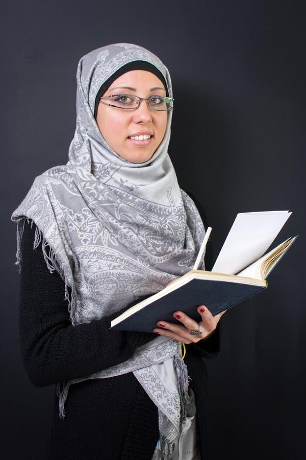 拿着书的回教妇女 库存图片