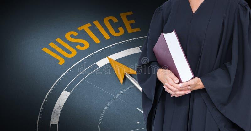 拿着书的法官的中央部位反对正义时钟 免版税库存照片