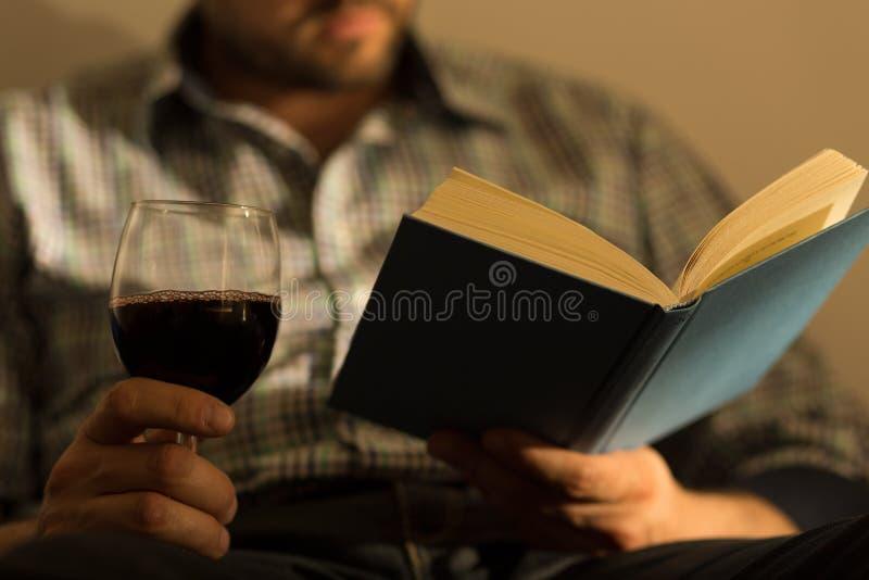 拿着书的男性手 免版税库存图片