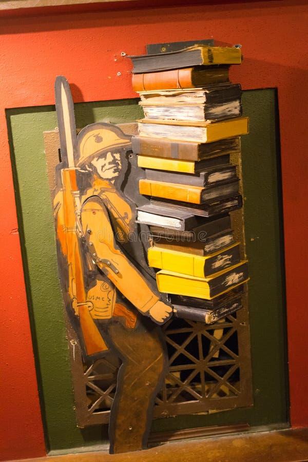 拿着书的纸人在最后书店 免版税库存图片