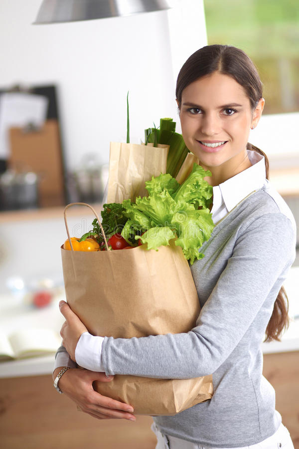 拿着买菜袋子与的少妇 库存图片