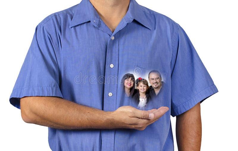 拿着他的接近他的心脏的人家庭 免版税库存图片