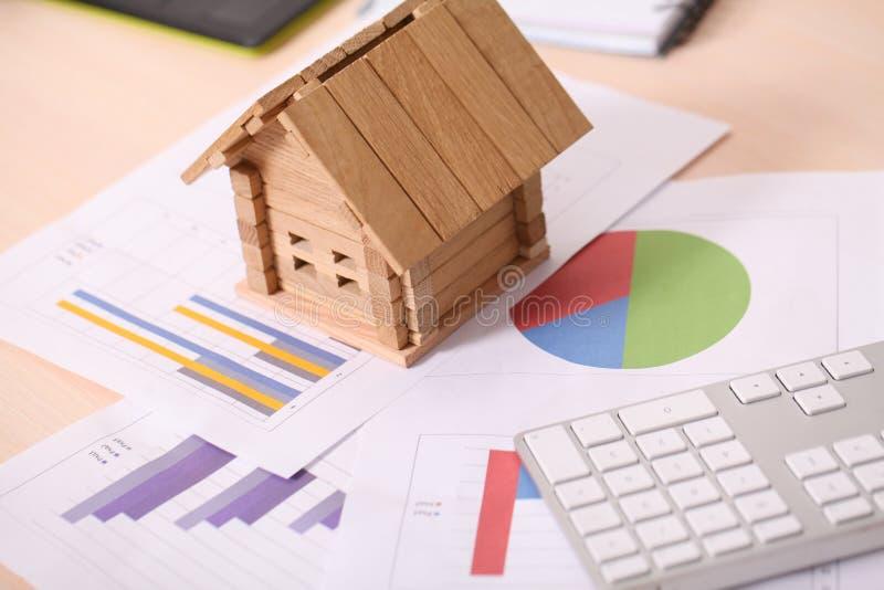 拿着代表房主和房地产事务的房子 免版税库存照片