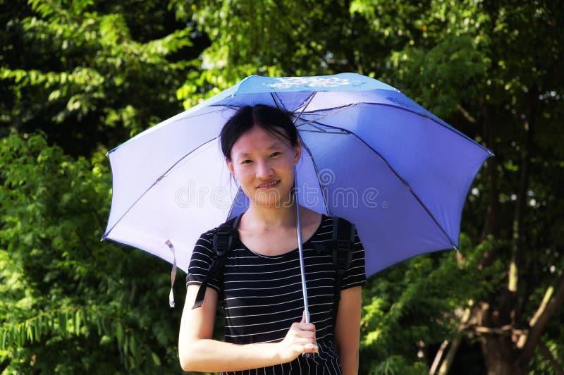 拿着伞的中国妇女 库存图片