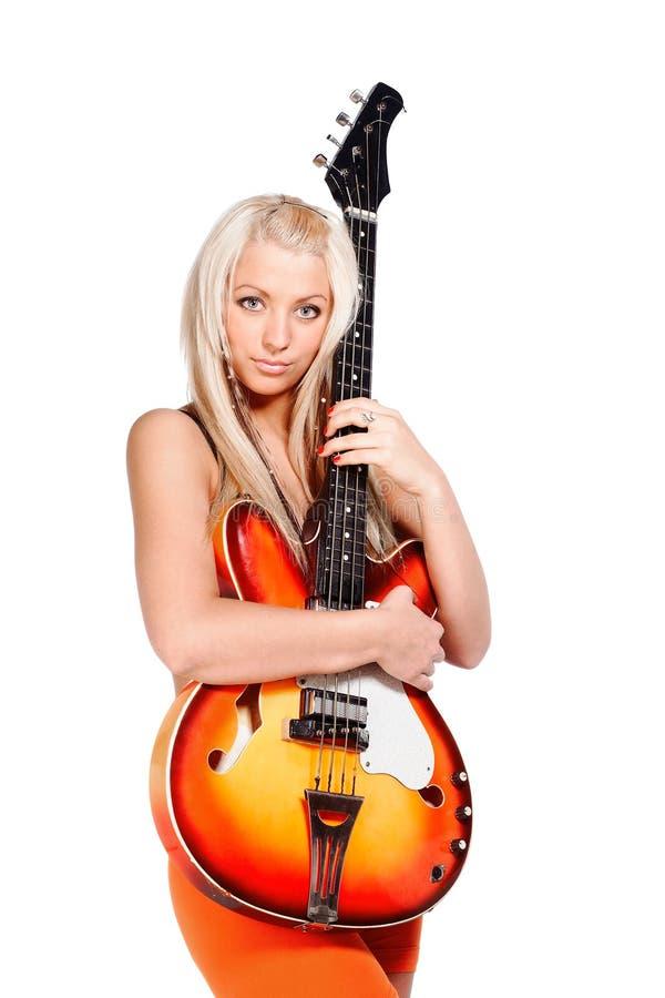 拿着低音吉他的十几岁的女孩 免版税库存照片