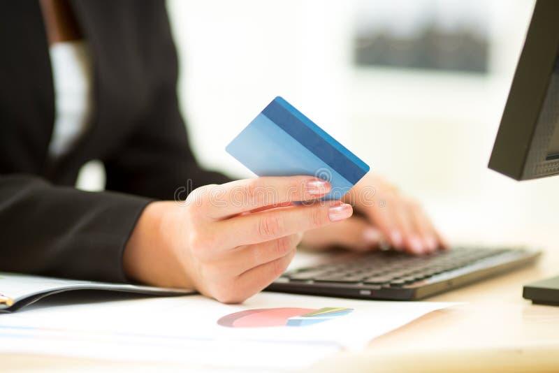 拿着信用卡的女商人手中和 免版税库存照片