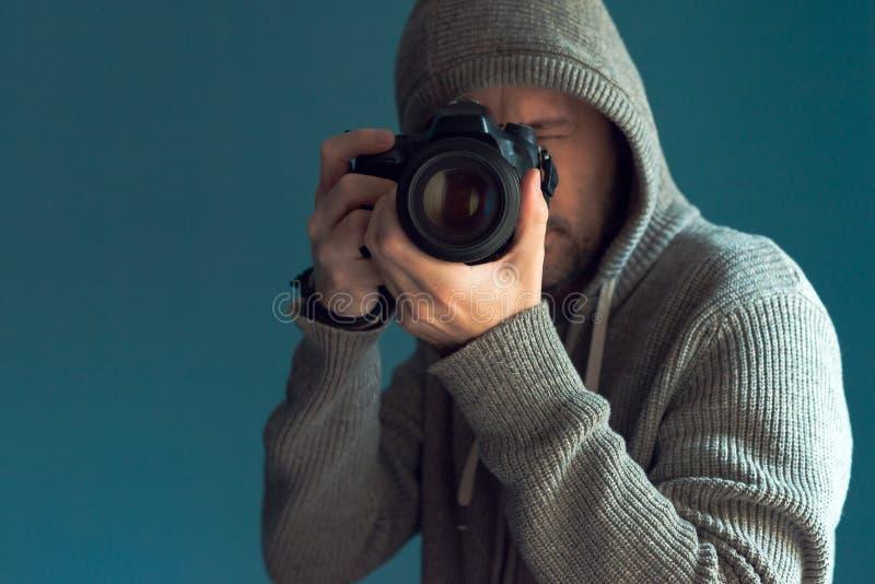 拿着充分的框架传感器DSLR照相机的摄影师 图库摄影