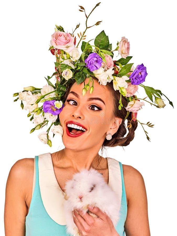 拿着兔宝宝的复活节女孩 有假日春天的妇女开花发型 库存图片