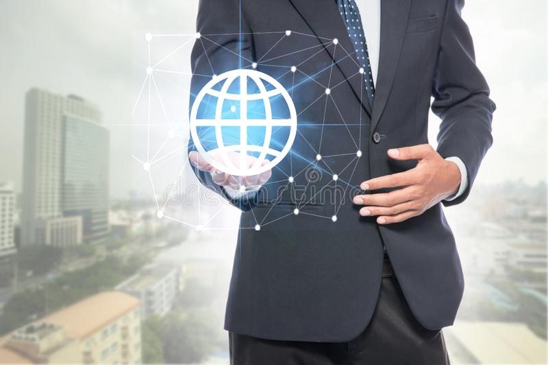 拿着全球网络的商人 免版税库存照片