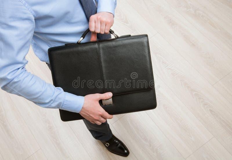 拿着公文包的无法认出的商人 库存照片