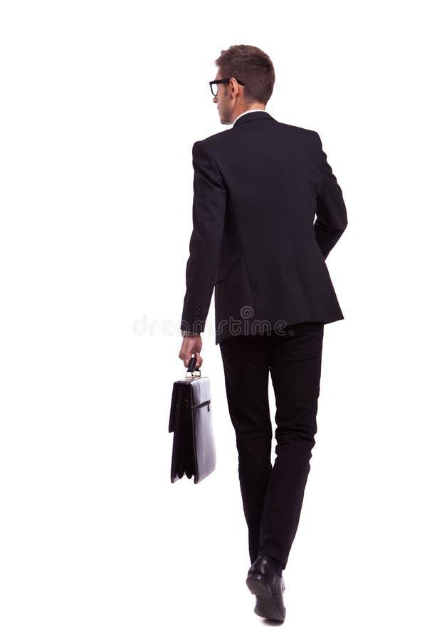 拿着公文包的走的商人 图库摄影