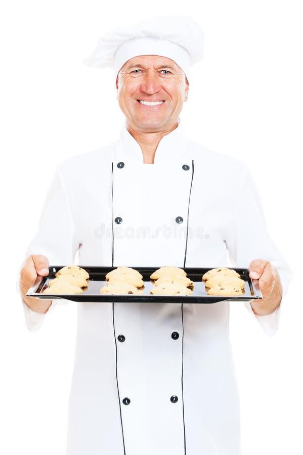拿着兴高采烈的盘的烘烤的厨师曲奇&# 免版税库存图片