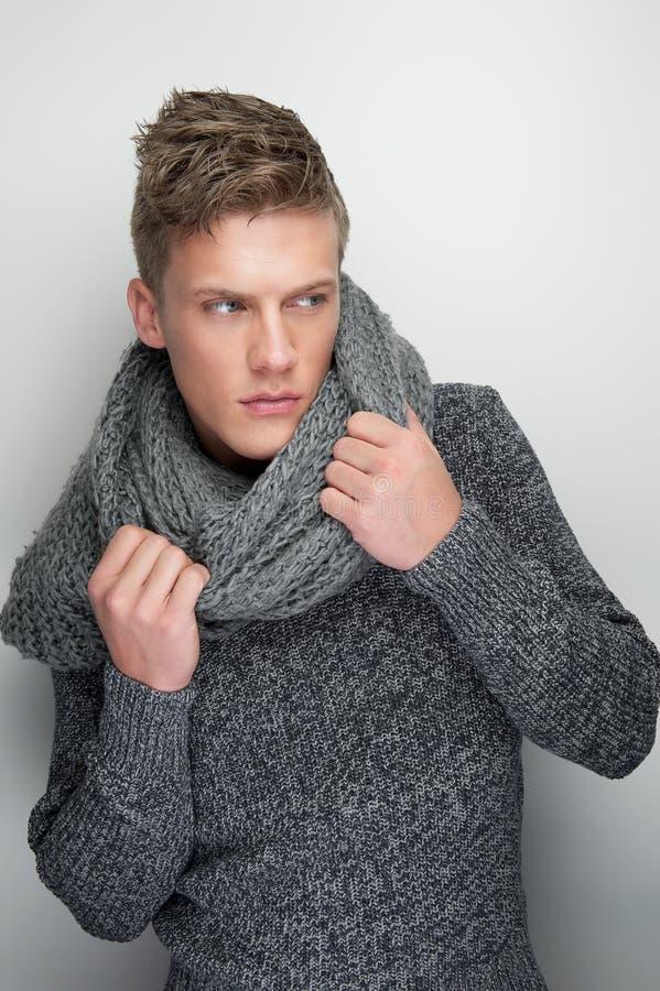 拿着冬天围巾的男性时装模特儿 免版税库存图片