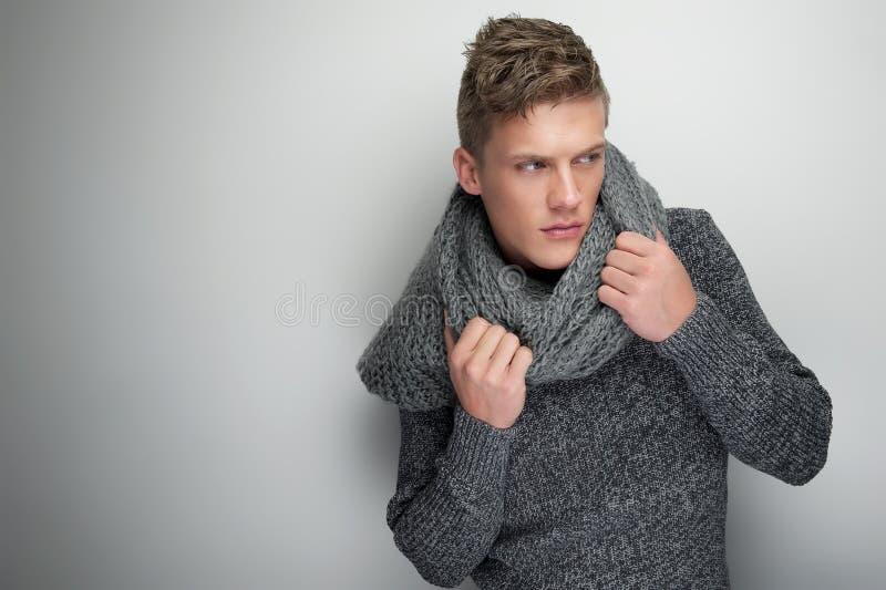 拿着冬天围巾的英俊的人 库存图片