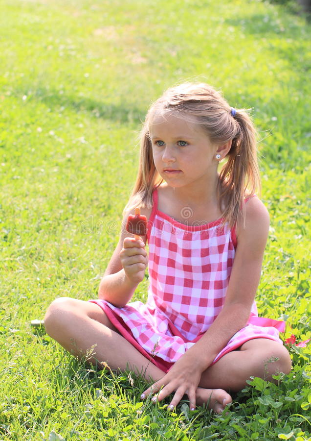 拿着冰淇凌的女孩 库存图片