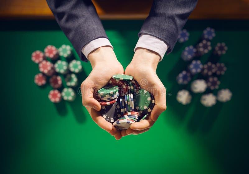 拿着几块芯片的赌博娱乐场playes 图库摄影