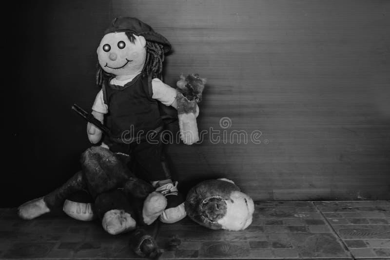 拿着刀子的恐怖玩偶 免版税库存照片