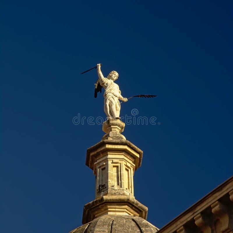 拿着剑和羽毛,格拉纳达大教堂细节的一个人的雕象  库存图片