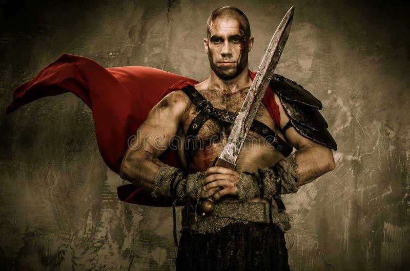 拿着剑的受伤的争论者 库存图片