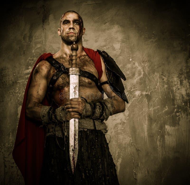 拿着剑的受伤的争论者 免版税库存图片