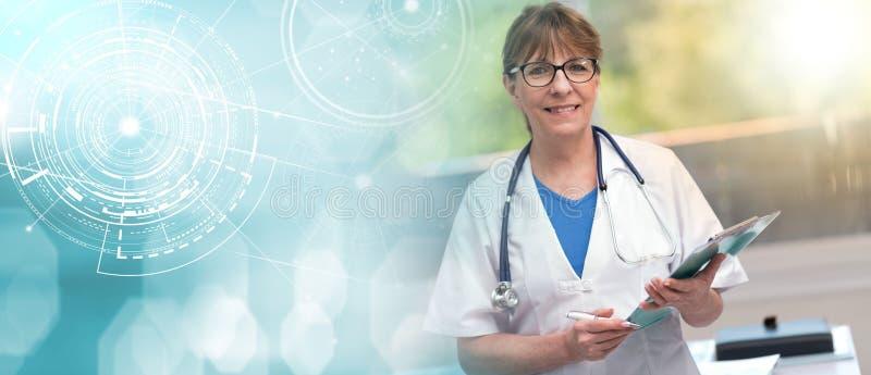 拿着剪贴板的女性医生画象;光线影响 免版税库存照片
