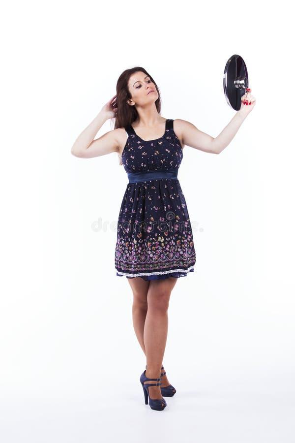 拿着厨房器物的美丽的妇女 免版税图库摄影