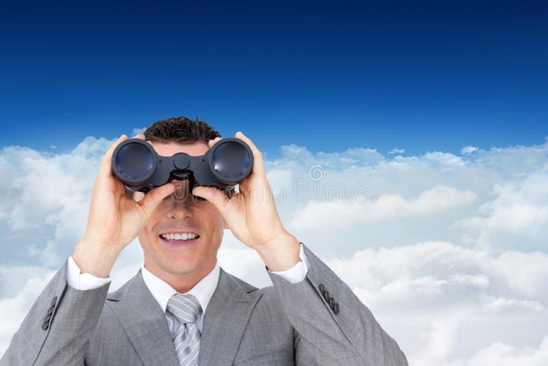拿着双筒望远镜的商人的综合图象 免版税库存图片