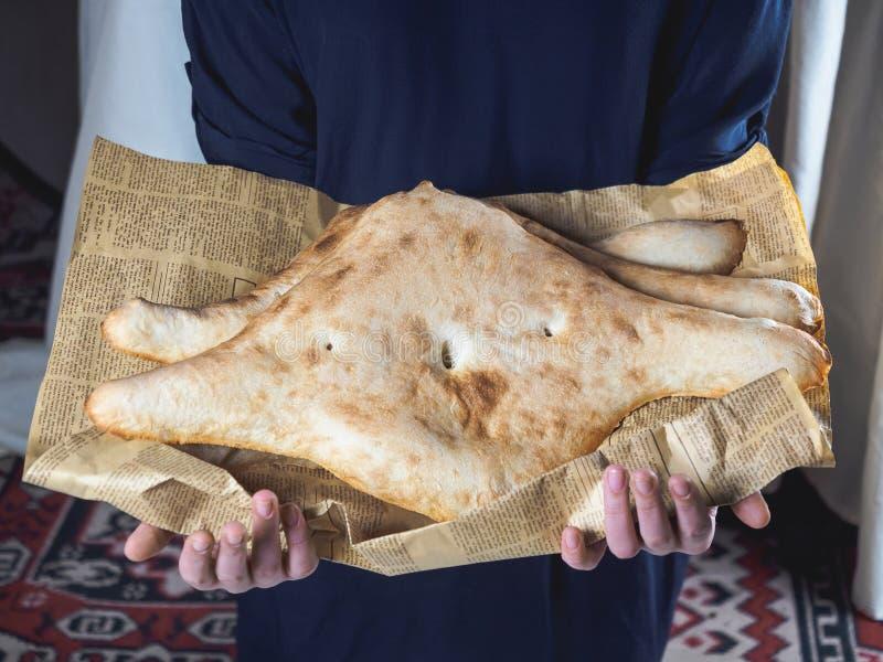 拿着可口传统英王乔治一世至三世时期小面包干的人播种的射击 免版税图库摄影