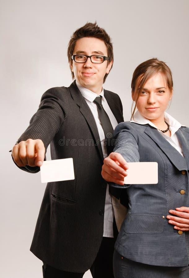 拿着合作伙伴的空白名片 免版税库存照片