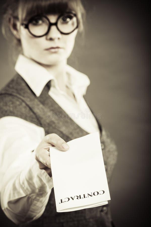 拿着合同的女商人手中 免版税库存图片