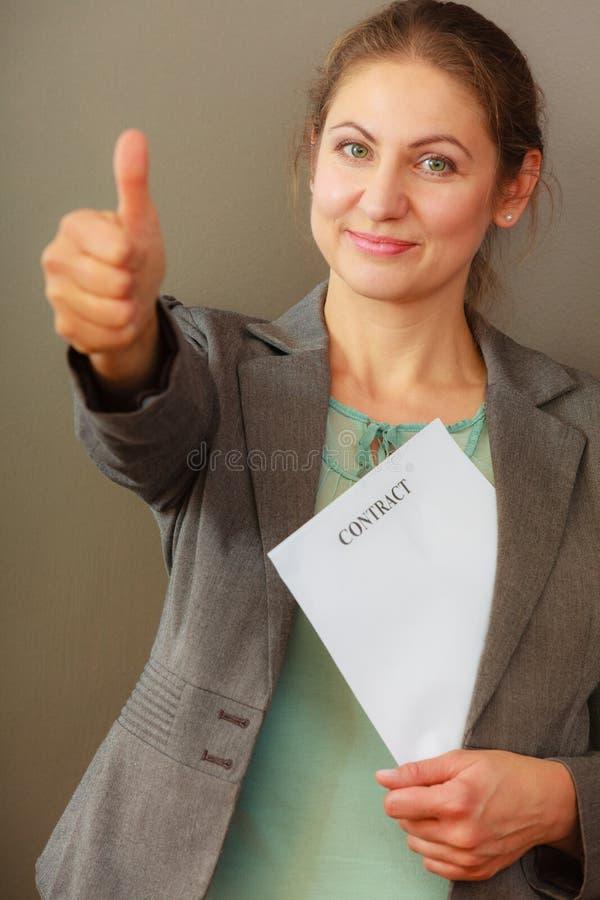 拿着合同的女商人 免版税库存图片