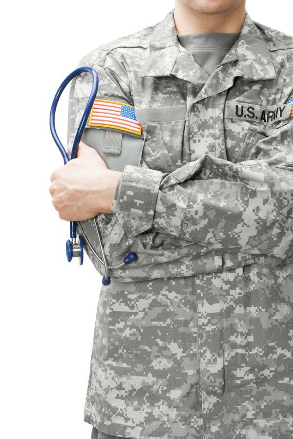 拿着听诊器的美国陆军医生在他的肩膀旁边 免版税图库摄影