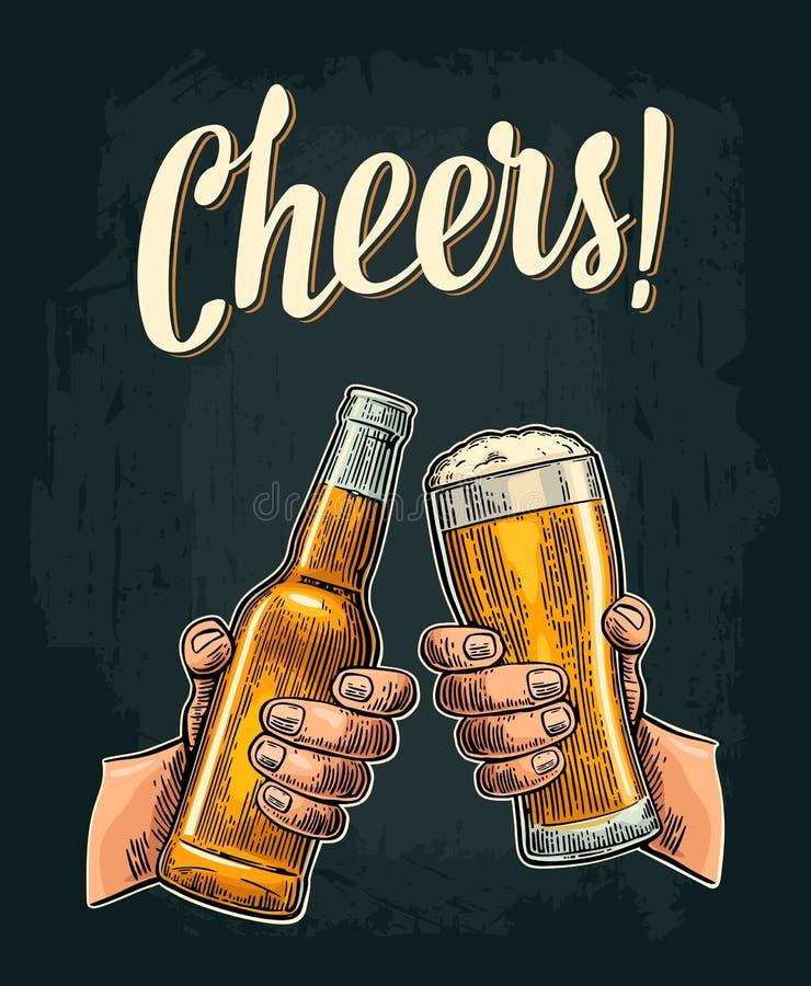 拿着和使开放啤酒瓶和玻璃叮当响的男性手 皇族释放例证