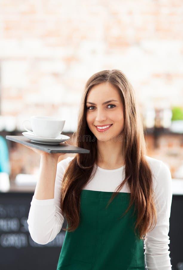 拿着咖啡的女服务员 免版税库存图片