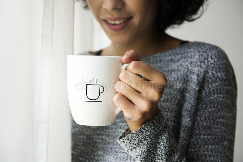 拿着咖啡杯大模型的妇女 库存照片