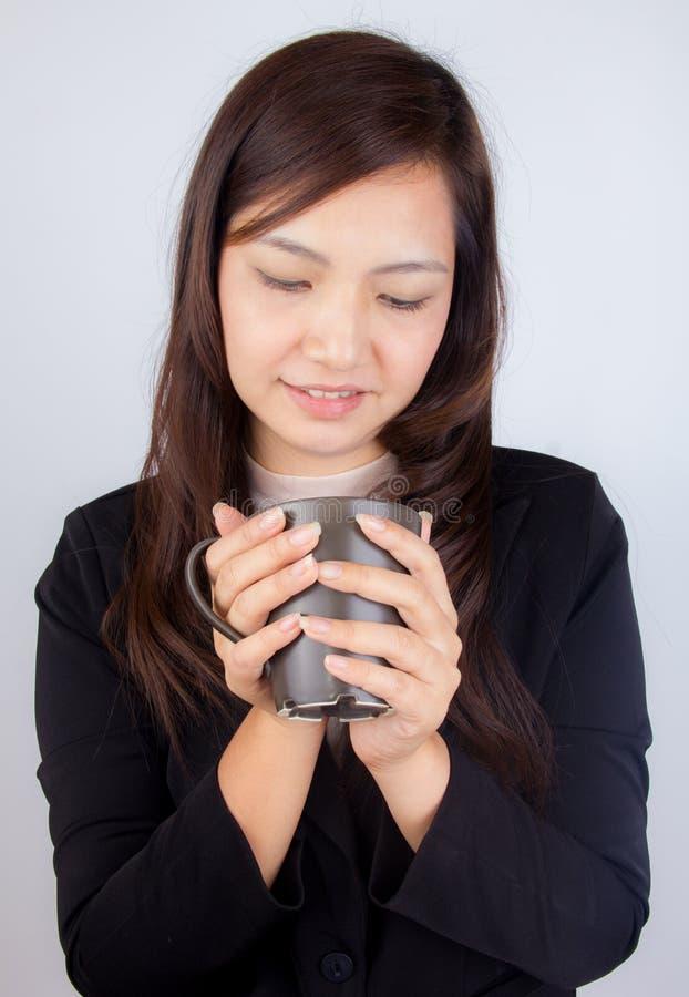 拿着咖啡杯的女商人 免版税库存照片