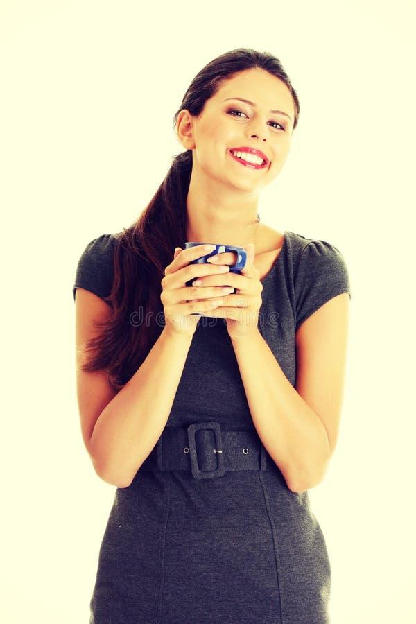 拿着咖啡杯的女实业家 免版税库存照片
