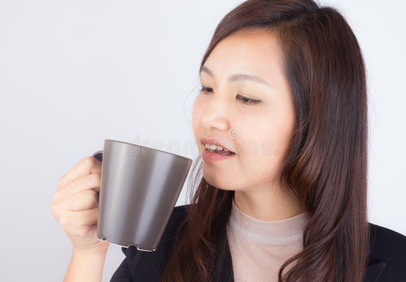 拿着咖啡杯的妇女 免版税库存照片